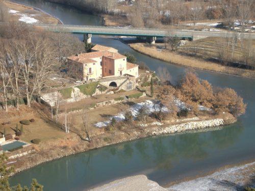 Bastide-Château située dans l'angle de la confluence du Buech (en bas de l'image) avec la Durance (a droite), à l'amont de la clue de Sisteron (photographie RCourtot prise de la forteresse de Sisteron vers le nord en janvier 2004)