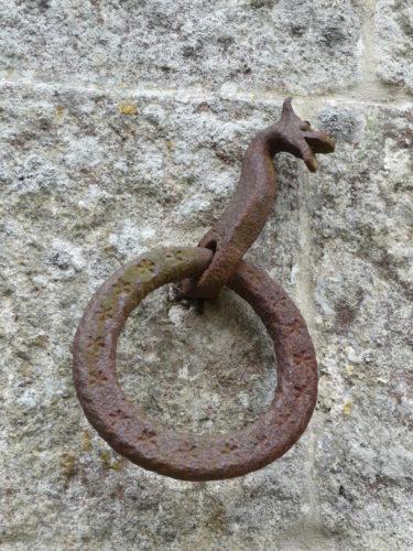 Le relais de poste de Radicofan: un anneau en fer forgé pour les chevaux (Photo RCourtot 2011)