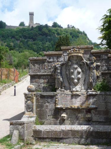 La fontaine aux chevaux du relais de poste médicéen de Radicofani et la forteresse des Aldobrandi (Photo RCourtot 2011)