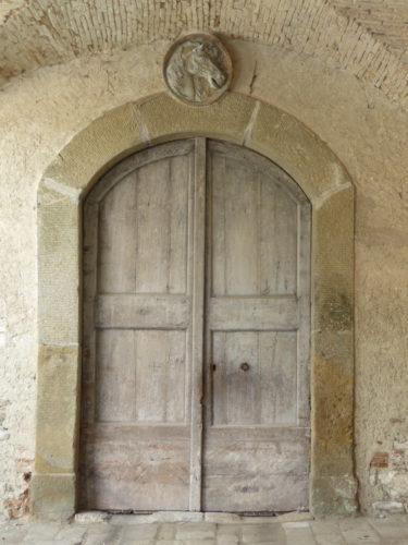 Le relais de poste de Radicofani: la porte de l'écurie et sa tête de cheval (photo RCourtot 2011)